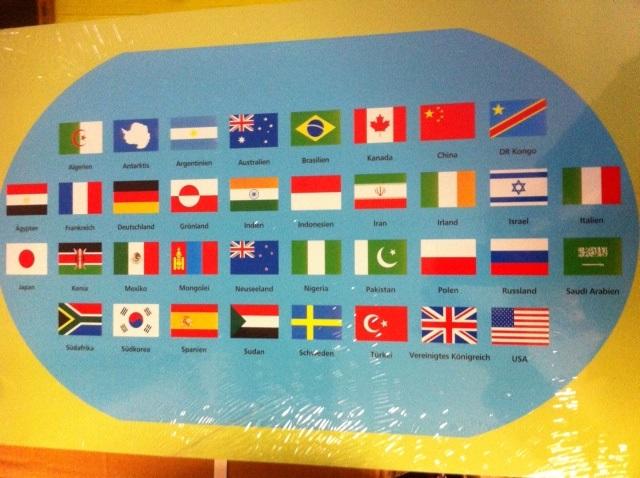 Cartina Mondo Con Bandiere.Cartina Del Mondo Con Bandiere Materiale Montessori It Il Negozio Per I Materiali Montessori Materiali Di Perle Matematica Materiali Sensoriali