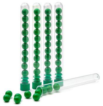 5 Röhrchen mit jeweils 10 grünen Holzperlen
