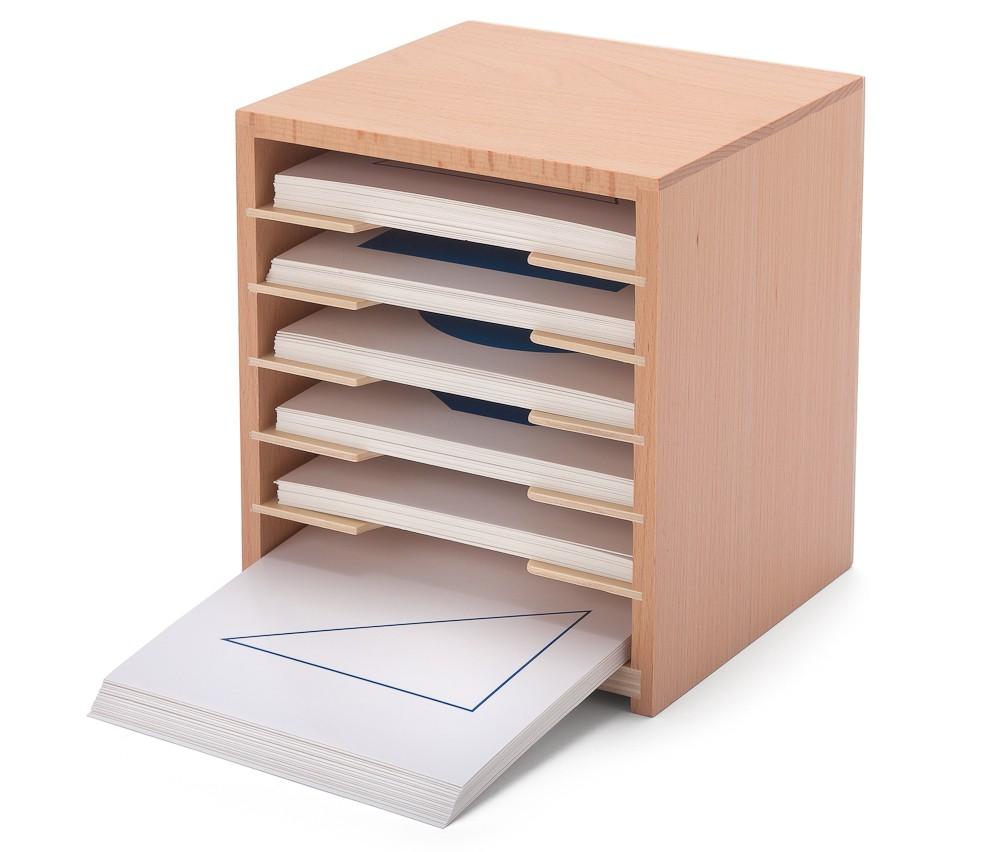 Geometrischer Kartensatz im Holzregal