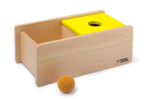 Imbucare-Kasten mit gelben Deckel und einem gestrickten Ball
