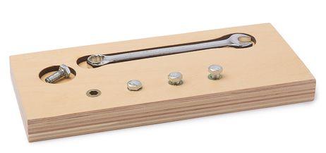 Schraubbrett mit Schraubenschlüssel