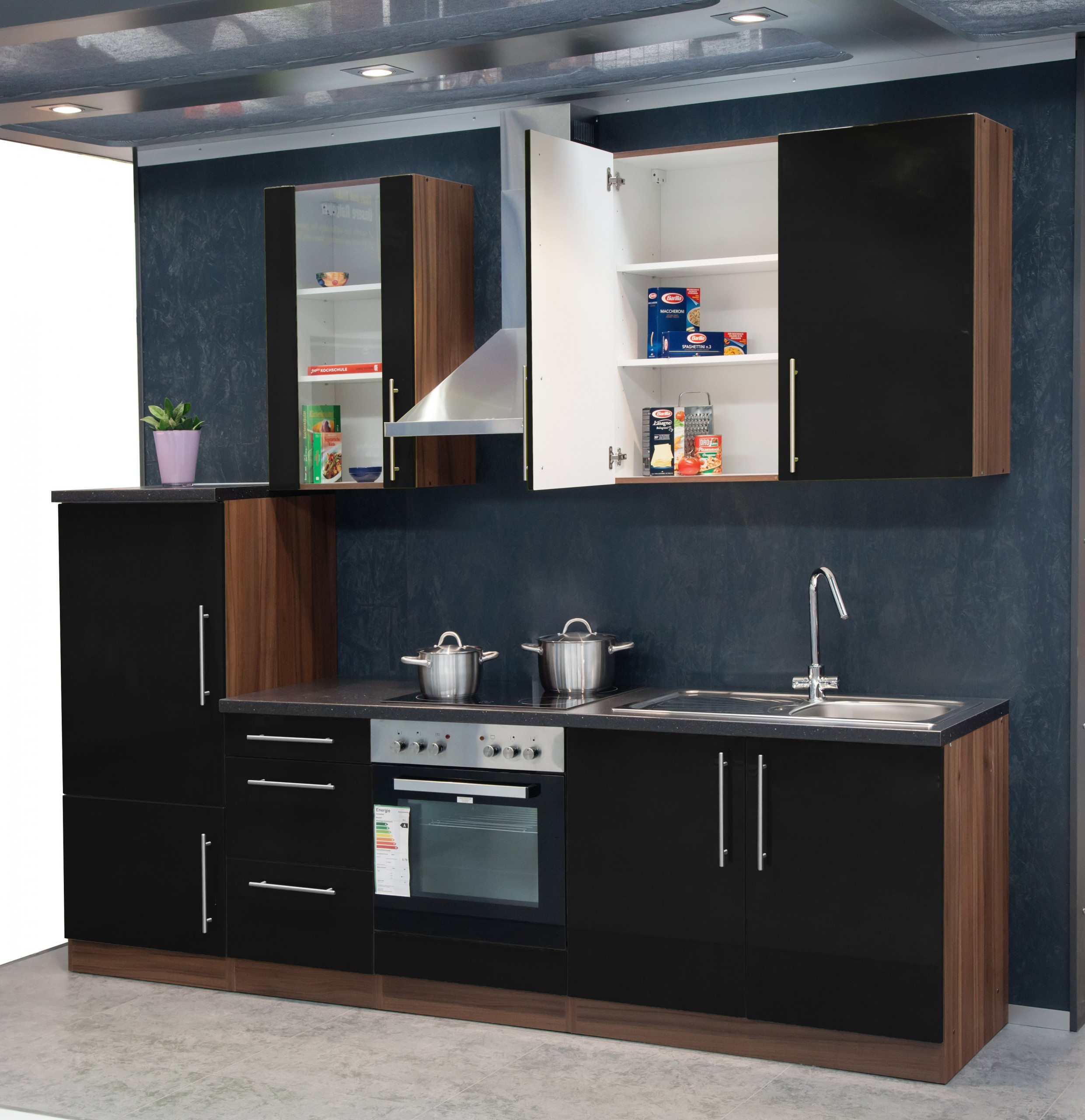 k chenzeile 270 cm mebasa hochglanzfronten in schwarz und korpus in nussbaum mit e ger ten. Black Bedroom Furniture Sets. Home Design Ideas