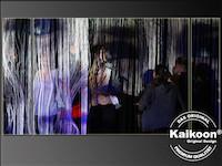 Bilderprojektion auf Fadenvorhang - Theaterschauspieler