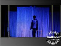 Fadenvorhang in blaues Licht gehüllt zur Bühnendekoration