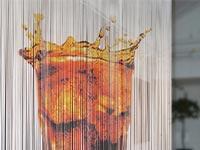 Fadenvorhang bedruckt mit einem Softdrink