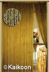 Dieser Fadenvorhang von der Marke Kaikoon der Grösse 150 cm x 300 cm in gold glänzend ist super geeignet für Ihr Zuhause