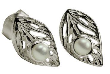Rundliche Blatt-Ohrstecker mit Perle – Bild 3