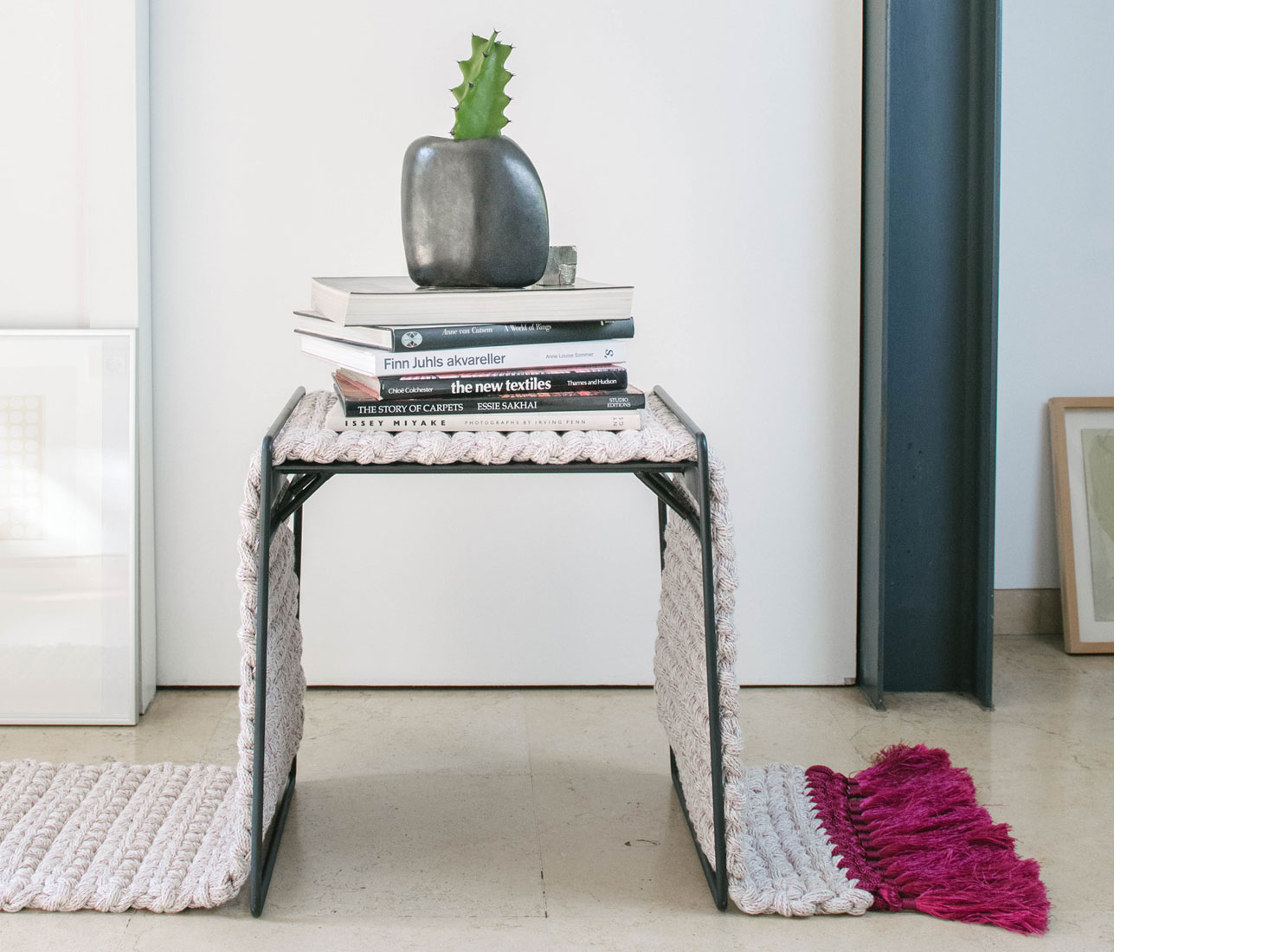 IOTA RUG STOOL | blackberry–grey