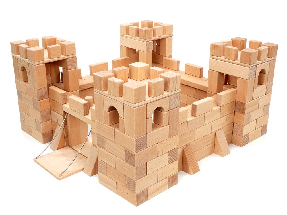 Aus 274 Bauklötzen und einem Burgtor mit echter Zugbrücke lässt sich eine phantastische Ritterburg aus Bauklötzen bauen