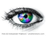Frau mit bunten Kontaktlinsen