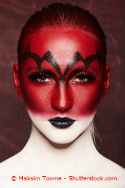 Frau mit roten Kontaktlinsen