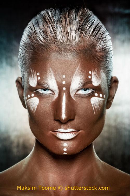 Frau mit weißer Schminke und Fun Kontaktlinsen