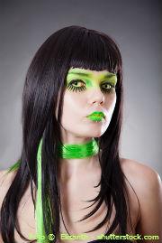 Grüne Kontaktlinsen mit grünem Schal
