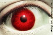 Rotes Auge mit roter Kontaktlinse