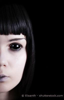 Schwarze Kontaktlinsen bei Mädchen