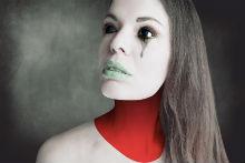 Sclera Kontaktlinsen_ Frau roter Hals