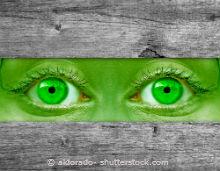 Grüne Augen mit grünen Kontaktlinsen