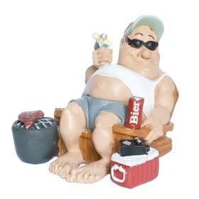Camper in Stuhl mit Bier und Grill Figur von Funny Life – Bild 1