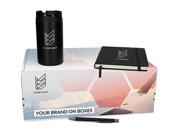 Onboarding-Box in 4/0 bedruckt mit Kaffeebecher, Kugelschreiber und Notizbuch