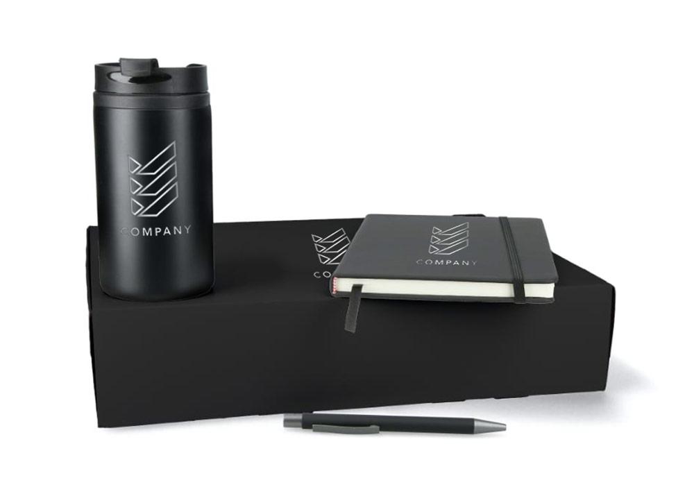 Onboarding-Box in schwarz mit Kaffeebecher, Kugelschreiber und Notizbuch