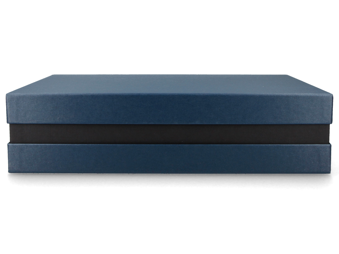 Premium+ Geschenkbox FSC® (Blau metallic, Schwarz) 33x22x8 cm