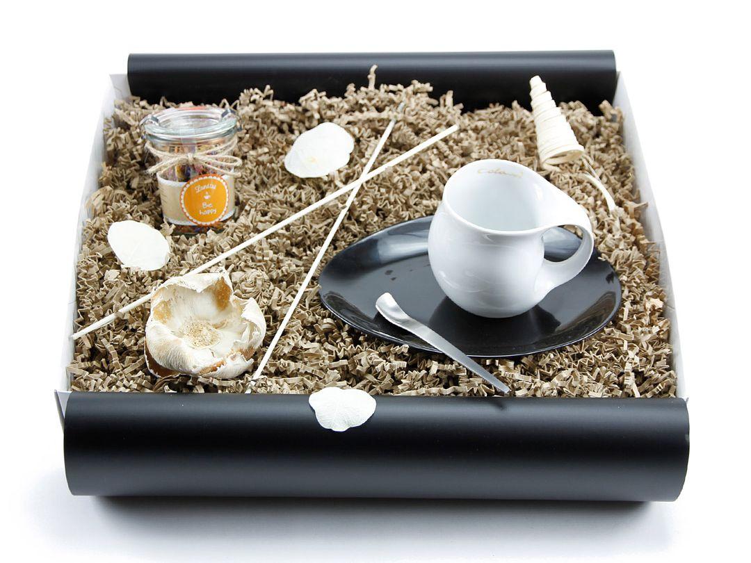 "Geschenkbox ""Heisse Liebe"" Landtee - Be Happy (Kaffeebecher + Landtee)"