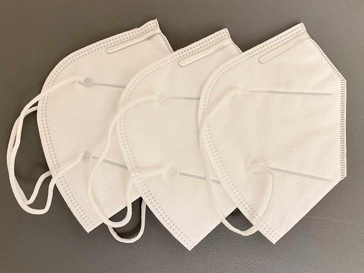 Drei FFP2 Masken verdeutlichen die Notwendigkeit einen Mundschutz zu kaufen