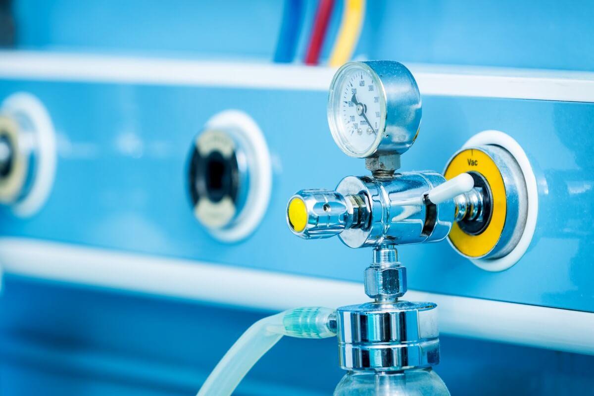 Bild zeigt einen angeschlossenen Druckminderer für Sauerstoff