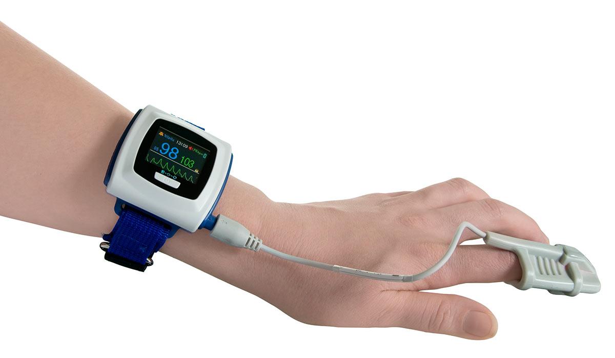 Mit einem Handgelenk-Pulsoximeter wird der Sauerstoffgehalt gemessen