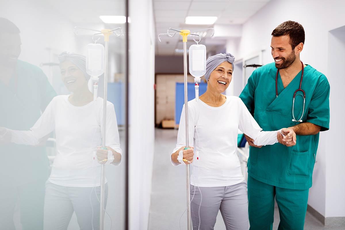 Patientin mit Arzt bei einer Chemotherapie, die mit Injektion und Infusion zugeführt wird