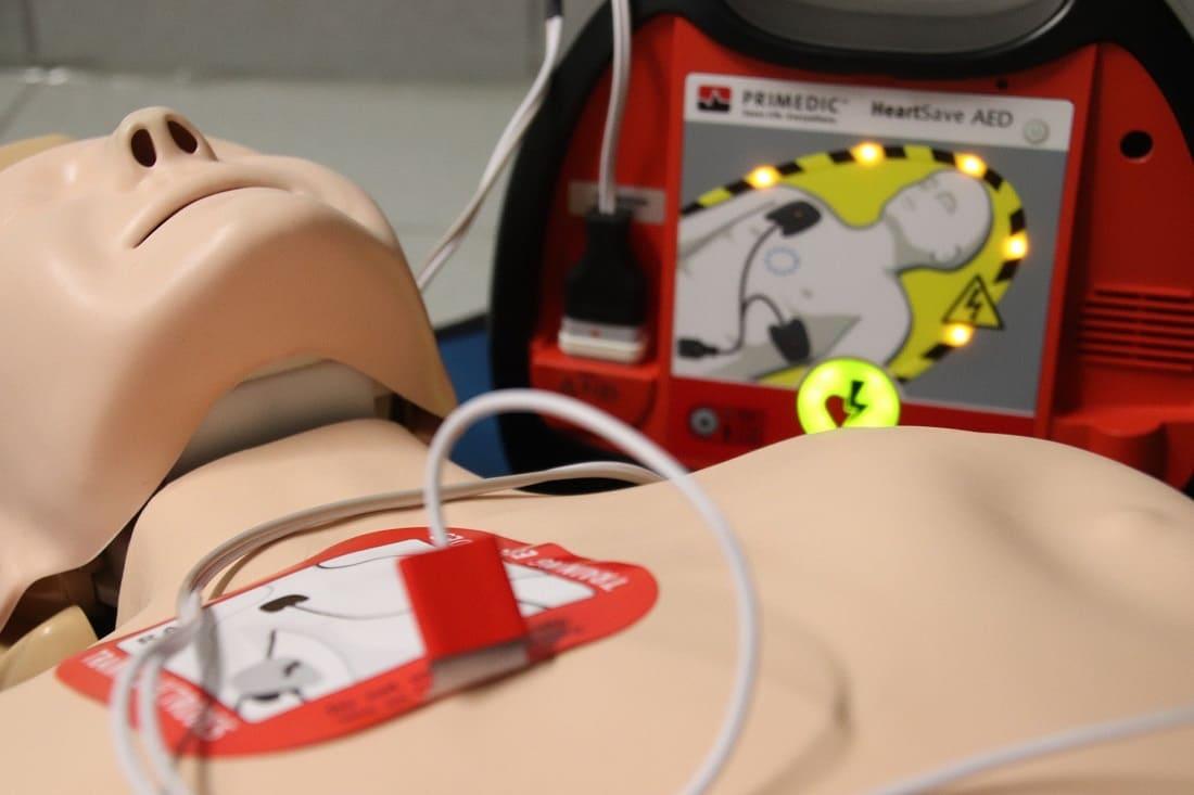 Sanitäterin übt Reanimation mit einer Übungspuppe aus dem Sortiment der medizinischen Lehrmittel