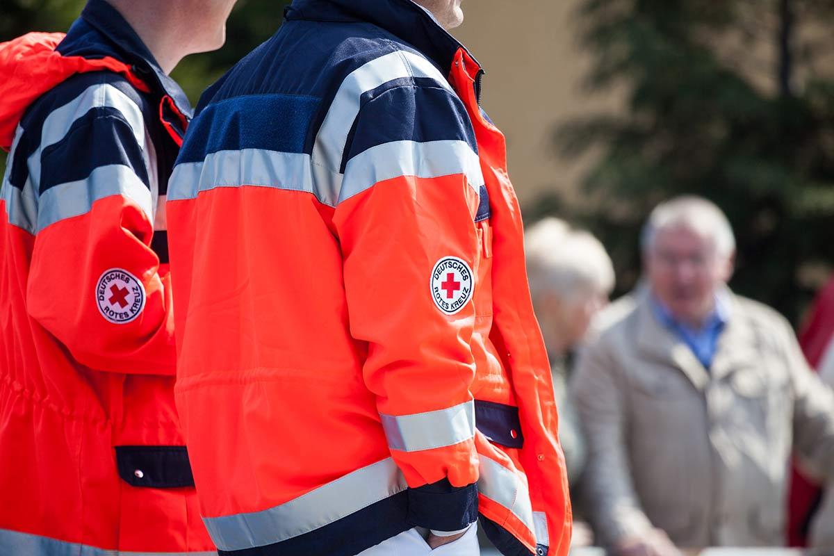 Zwei Sanitäter – wenn für sie ein Einsatz ansteht, hilft ein Notfallrucksack