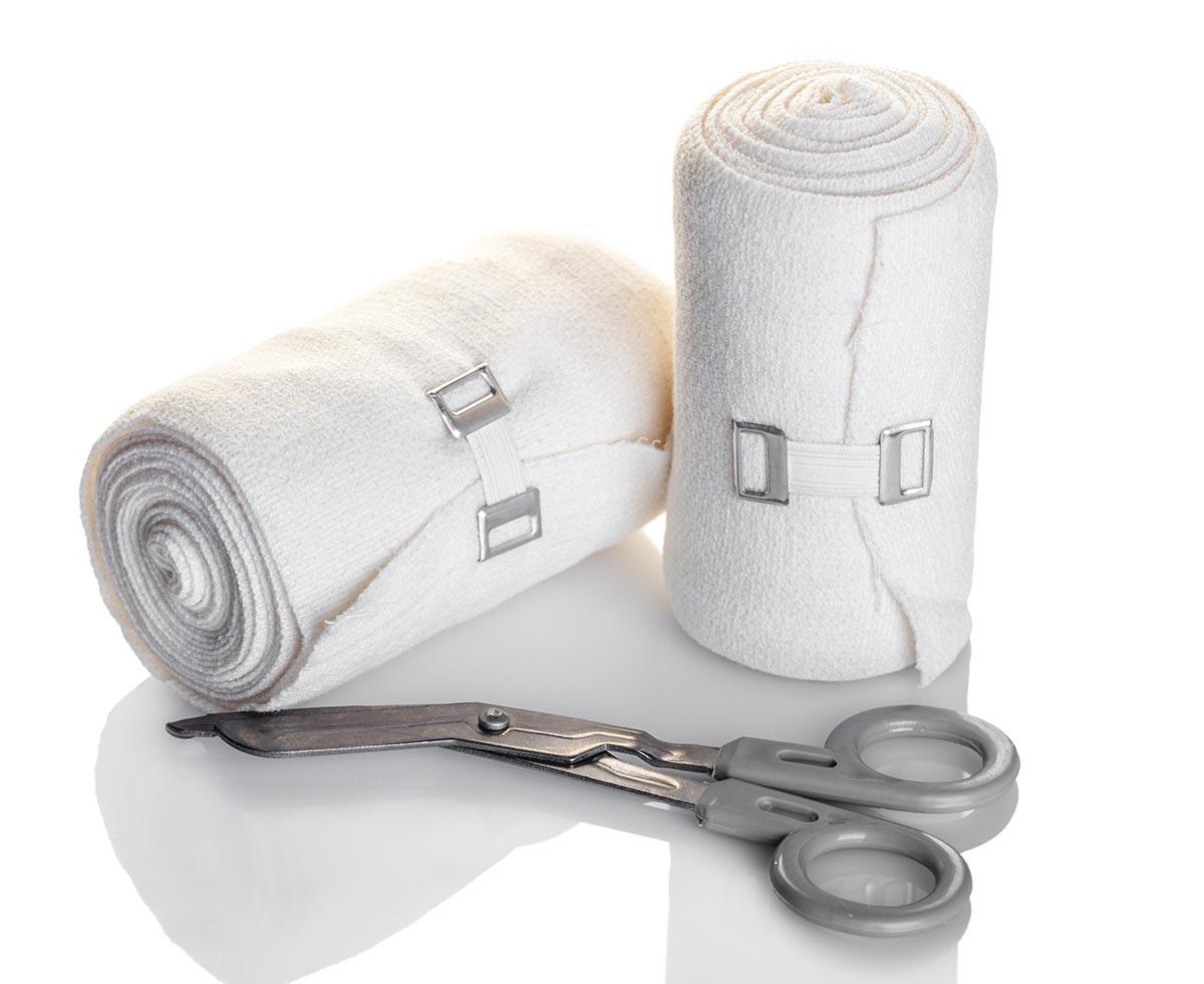 Verbandszeug und Verbandsschere – eine Notfalltasche enthält je nach DIN-Norm unterschiedliches Material