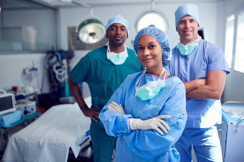 Ärzteteam in OP-Bekleidung inklusive OP-Hosen
