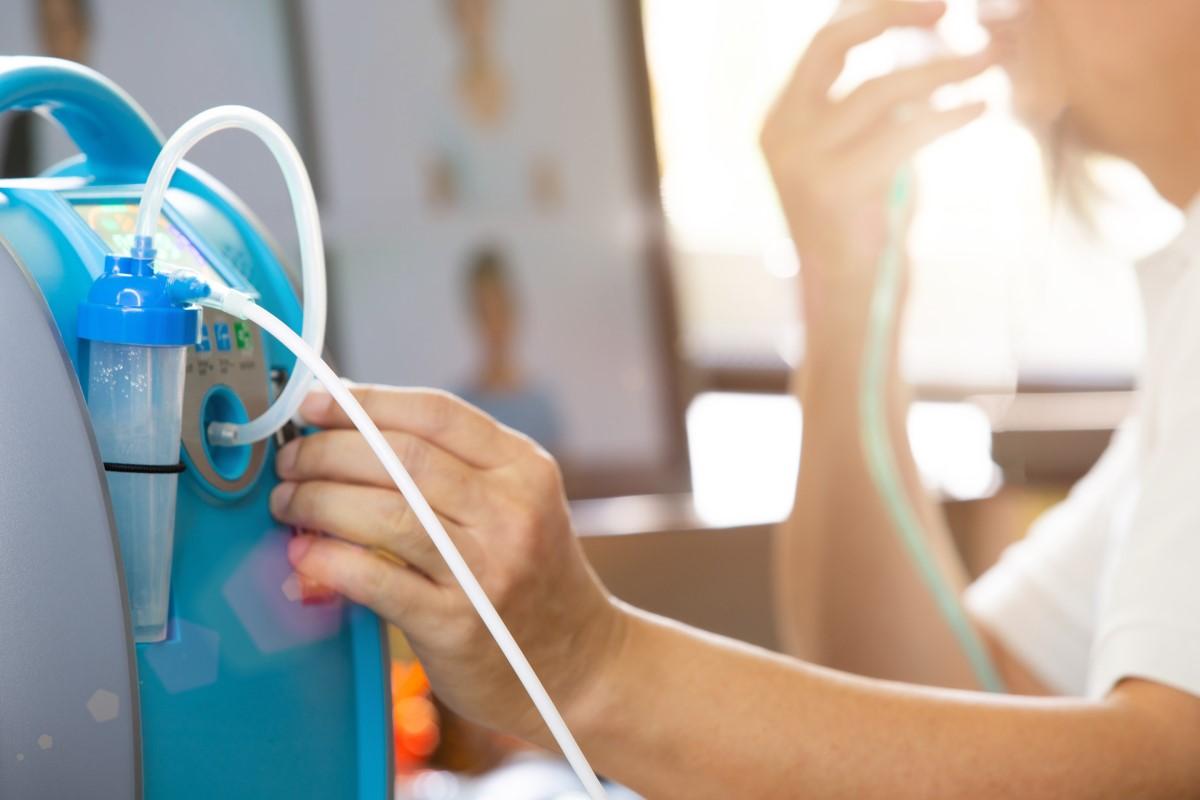 Frau nutzt Sauerstoffkonzentratoren für die Sauerstofftherapie