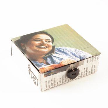 Döschen aus Zeitungspapier ca. 8 x 8 x 2,5 cm mit Knopf Herz für Verschluß – Bild 2