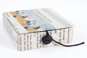 Döschen aus Zeitungspapier ca. 8 x 8 x 2,5 cm mit Knopf rund für Verschluß – Bild 1