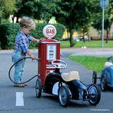 Vintage Tankstelle und Zapfsäule aus Metall für Kinderautos, rot, von Baghera