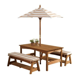 Hübsches Gartenmöbelset, Gartentisch mit Bänken und Sonnenschirm, beige weiß gestreift, aus Holz, von KidKraft