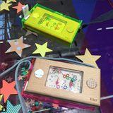 Originelles  Wakka  Water Pocket Game aus Holz mit gelber Hülle zum Umhängen, von Kiko+