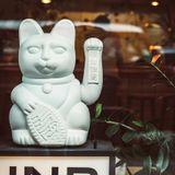 Dekorative große Winkekatze  Lucky Cat , in Weiß, Peace and Reflection, 41 cm, von Donkey