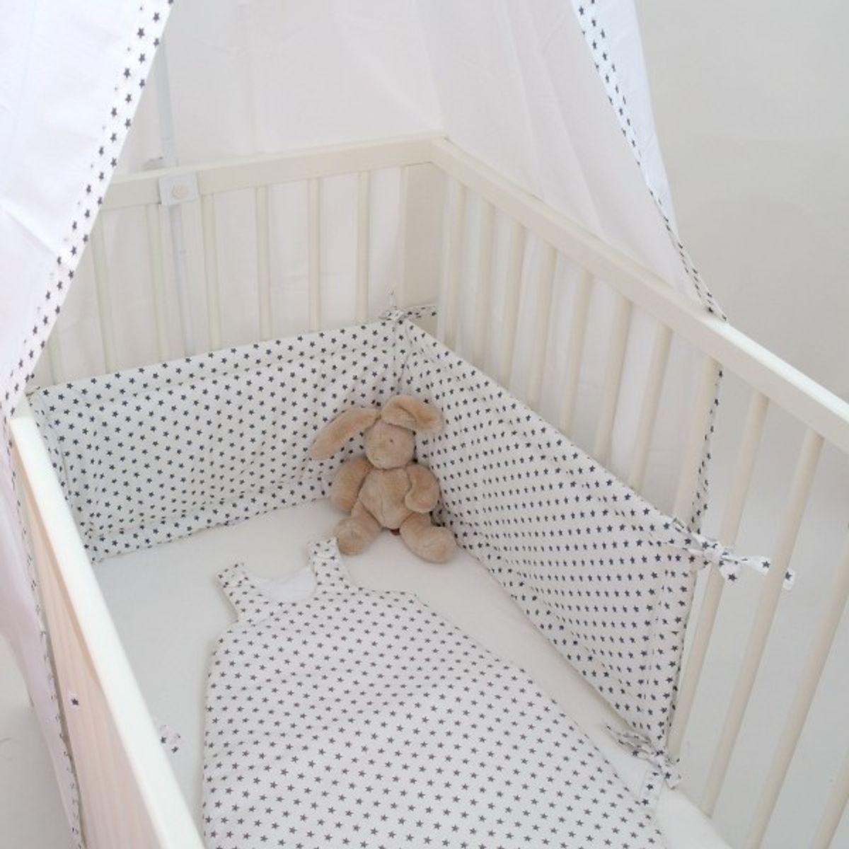 nestchen bettumrandung und kopfschutz graue sterne auf weiss f rs gem tliche babybettchen. Black Bedroom Furniture Sets. Home Design Ideas
