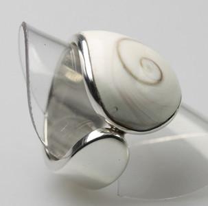 Eleganter Silberring mit feiner Muschel – Bild 3
