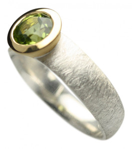 Teilvergoldeter Ring mit facettiertem Peridot – Bild 2
