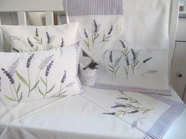 Landhausserie mit Lavendelmotiv und Streifen