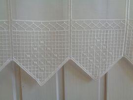 Moderne Scheibengardine mit hochwertiger Stickerei