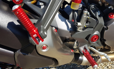 Pedivelle poggiapiede pilota oro CNC Racing per Ducati Monster, Scrambler, SuperSport – Image 4