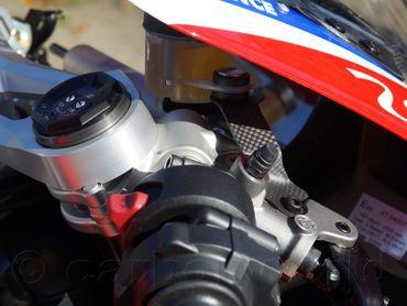 028DPV4SM Carbonworld Behälterhalter Carbon für Ducati Panigale V4 – Bild 2