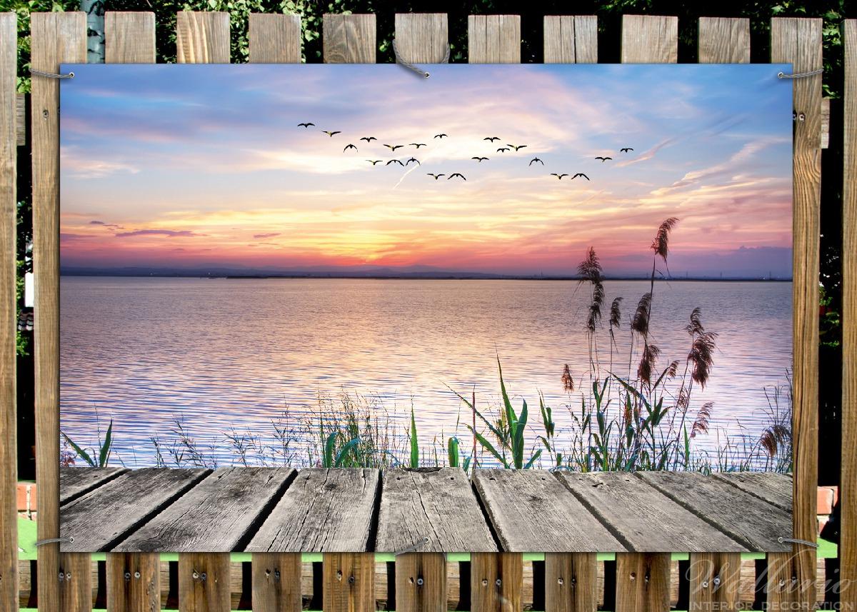 Gartenposter Seepanorama mit Schilf und fliegenden Vögeln