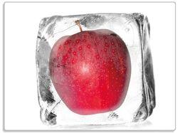 Glasunterlage Roter Apfel in Eiswürfel - Eiskaltes Obst – Bild 1